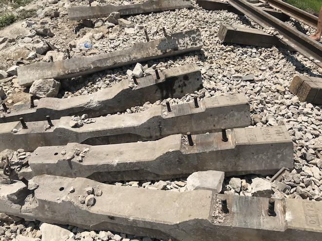 Cận cảnh hàng trăm mét đường ray bị lệch sau vụ tàu hỏa đâm xe ben 12