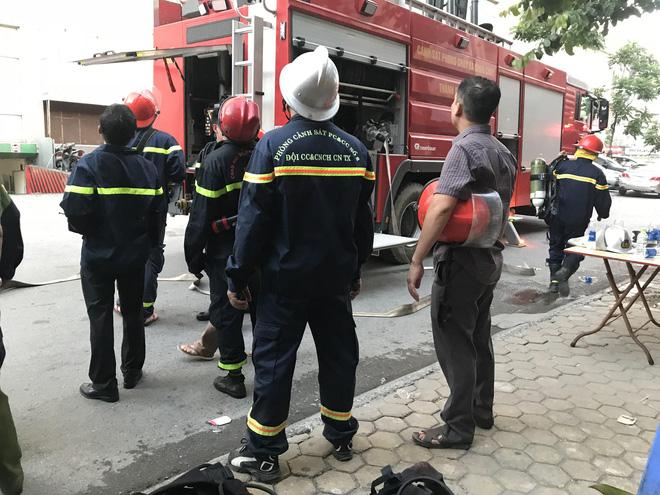 Cháy chung cư ở Hà Đông, kính vỡ rơi từ tầng 18 xuống đường 2