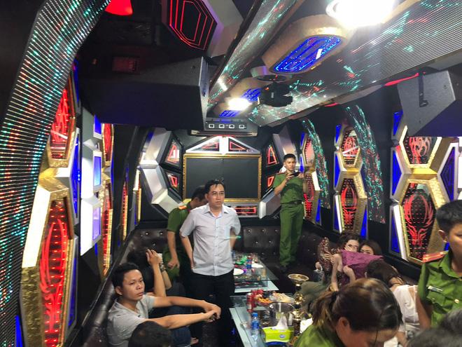 80 tiếp viên lưng trần vui vẻ cùng khách trong hai tụ điểm ăn chơi ở Sài Gòn - Ảnh 4.