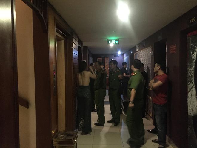 80 tiếp viên lưng trần vui vẻ cùng khách trong hai tụ điểm ăn chơi ở Sài Gòn - Ảnh 1.