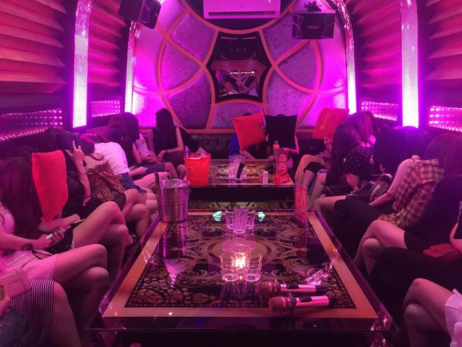 80 tiếp viên lưng trần vui vẻ cùng khách trong hai tụ điểm ăn chơi ở Sài Gòn - Ảnh 3.