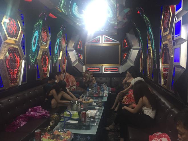 80 tiếp viên lưng trần vui vẻ cùng khách trong hai tụ điểm ăn chơi ở Sài Gòn - Ảnh 6.