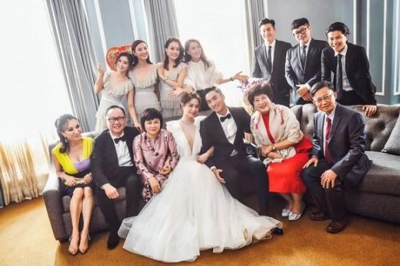 Hình ảnh cô dâu Chung Hân Đồng cười rạng rỡ trong đám cưới cùng hôn phu kém tuổi khiến fan rưng rưng vì xúc động 10