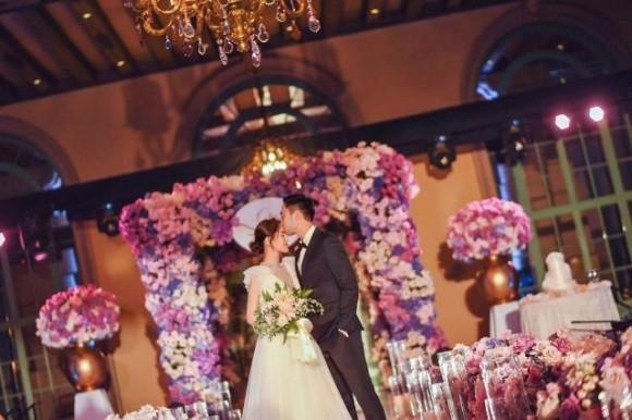 Hình ảnh cô dâu Chung Hân Đồng cười rạng rỡ trong đám cưới cùng hôn phu kém tuổi khiến fan rưng rưng vì xúc động 2