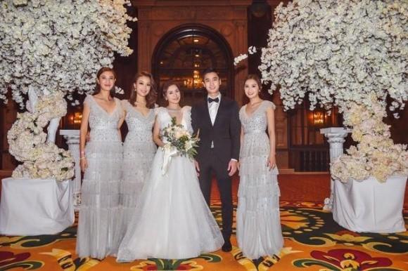 Hình ảnh cô dâu Chung Hân Đồng cười rạng rỡ trong đám cưới cùng hôn phu kém tuổi khiến fan rưng rưng vì xúc động 6