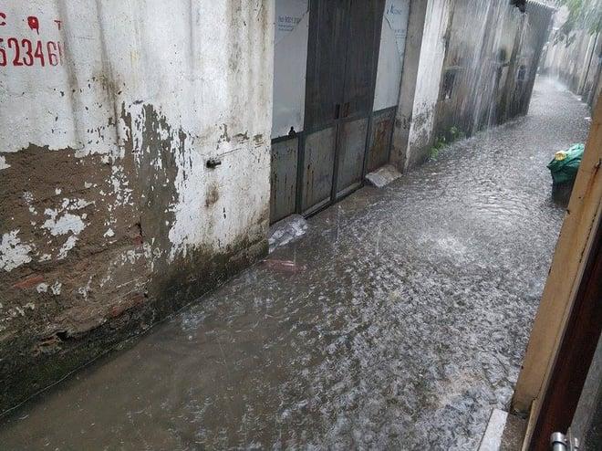 Hà Nội đang mưa lớn, nhiều tuyến phố ngập sâu 7