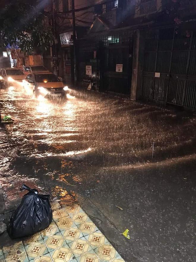 Hà Nội đang mưa lớn, nhiều tuyến phố ngập sâu 5