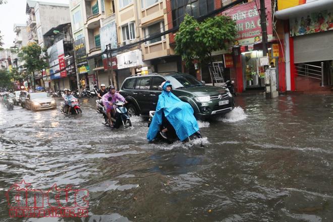Hà Nội đang mưa lớn, nhiều tuyến phố ngập sâu 8