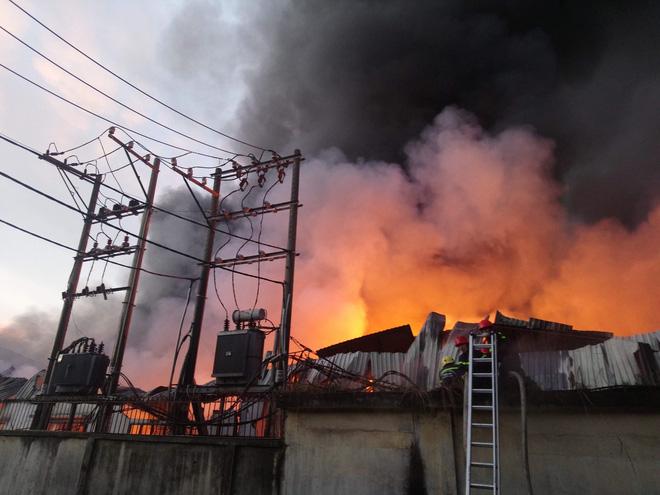 Công ty khăn lạnh phát cháy dữ dội lúc 4h sáng ở Sài Gòn 2