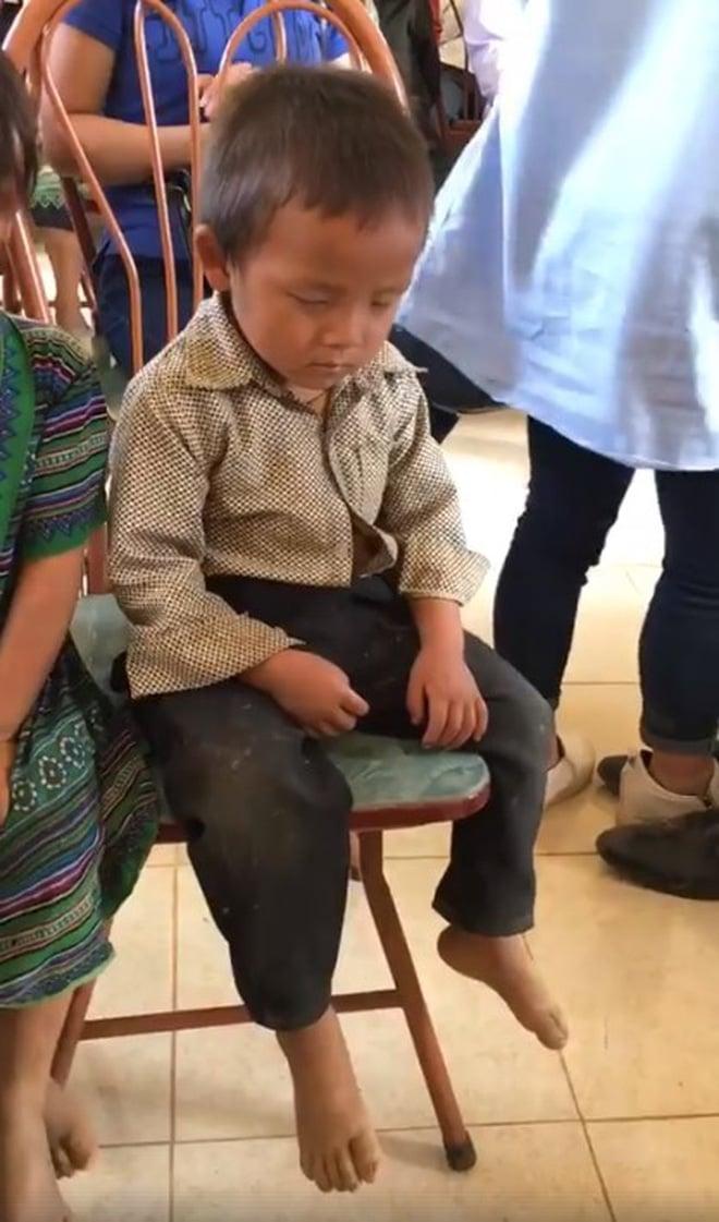 Clip bé trai ngủ gật trong ngày nhận quà từ thiện vì phải dậy từ 5h sáng để đi bộ đến nhà văn hoá khiến nhiều người rưng rưng 2