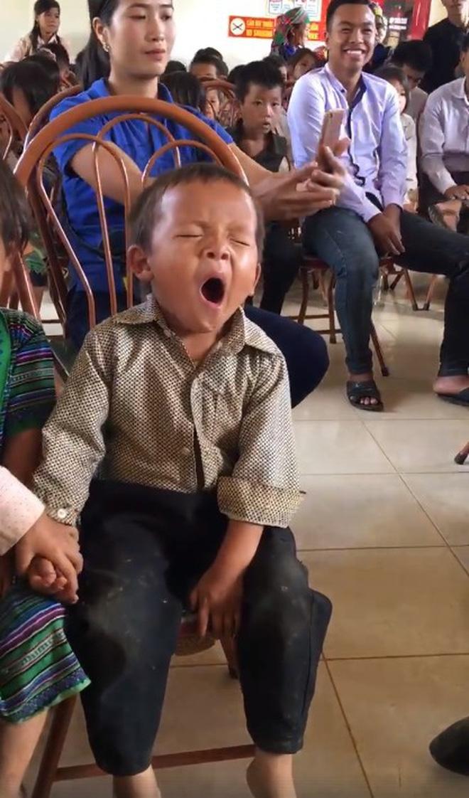 Clip bé trai ngủ gật trong ngày nhận quà từ thiện vì phải dậy từ 5h sáng để đi bộ đến nhà văn hoá khiến nhiều người rưng rưng 3