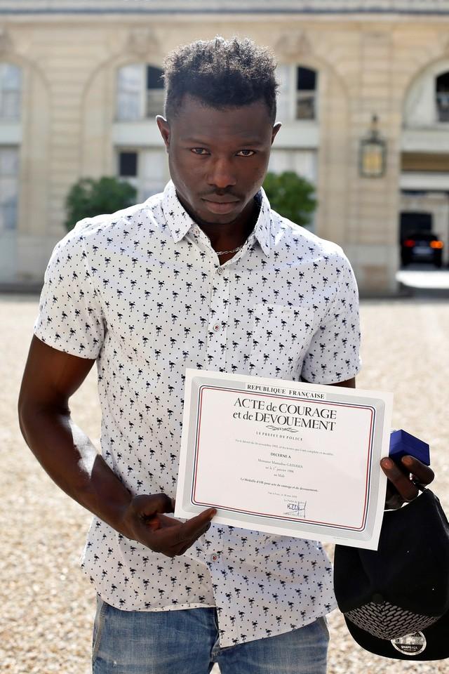'Spider-man nhập cư' leo 4 tầng nhà để cứu em bé được vào quốc tịch Pháp sau hành động anh hùng 1
