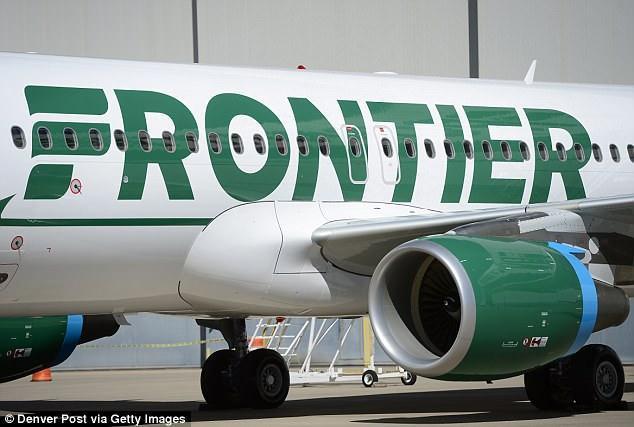 Máy bay hạ cánh khẩn cấp vì mùi lạ trong toilet khiến hành khách đổ bệnh 1