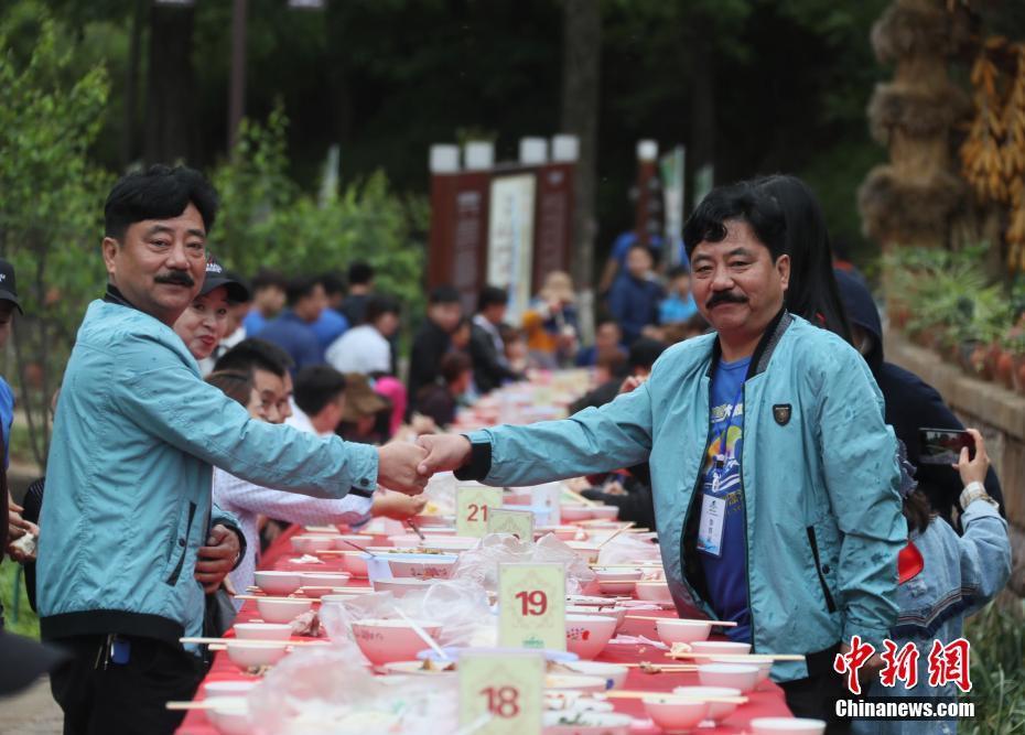 Hoa mắt chóng mặt với bữa tiệc ăn mừng gồm hơn 100 cặp sinh đôi tại Trung Quốc 4