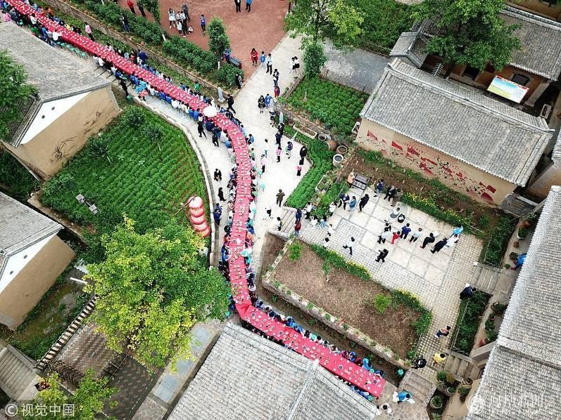 Hoa mắt chóng mặt với bữa tiệc ăn mừng gồm hơn 100 cặp sinh đôi tại Trung Quốc 6