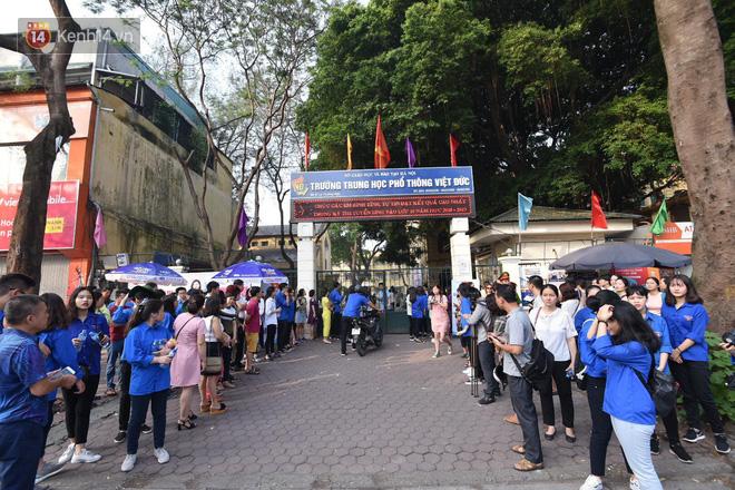 Ngày đầu tiên tuyển sinh lớp 10 tại Hà Nội: Học sinh và phụ huynh căng thẳng vì kỳ thi được đánh giá khó hơn cả thi đại học - Ảnh 15.