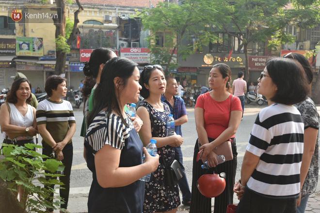 Ngày đầu tiên tuyển sinh lớp 10 tại Hà Nội: Học sinh và phụ huynh căng thẳng vì kỳ thi được đánh giá khó hơn cả thi đại học - Ảnh 17.
