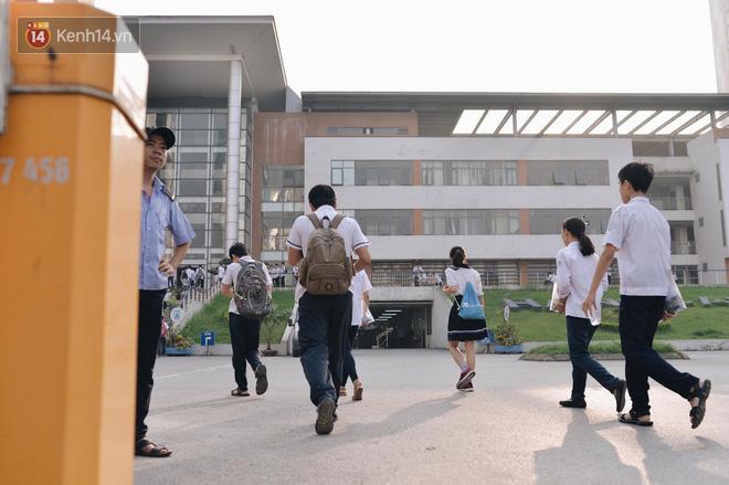 Hình ảnh Ngày đầu tiên tuyển sinh lớp 10 tại Hà Nội: Học sinh và phụ huynh căng thẳng vì kỳ thi được đánh giá khó hơn cả thi đại học số 15
