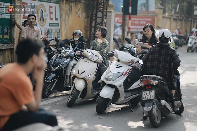 Ngày đầu tiên tuyển sinh lớp 10 tại Hà Nội: Học sinh và phụ huynh căng thẳng vì kỳ thi được đánh giá khó hơn cả thi đại học - Ảnh 25.