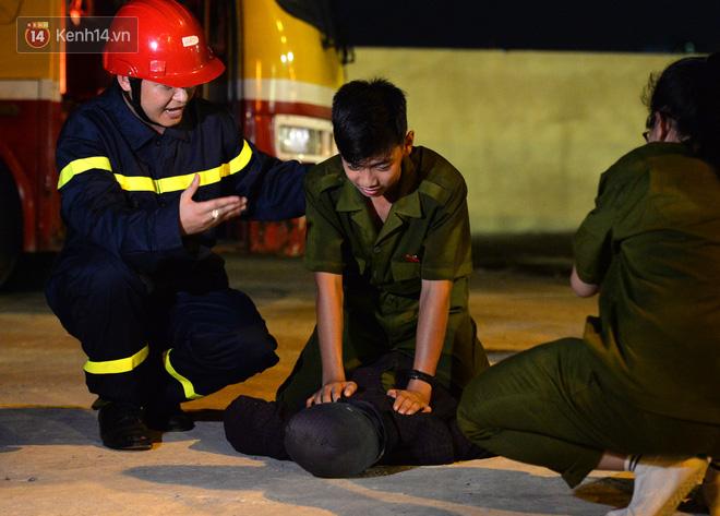 Cận cảnh một buổi học phòng chống cháy nổ của các chiến sĩ công an nhí - Ảnh 12.