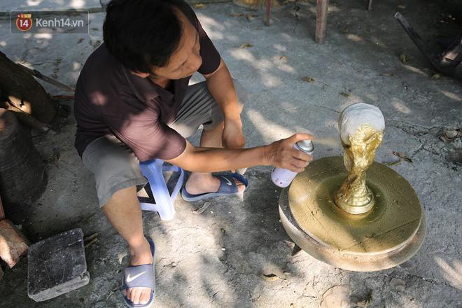 Cặp vợ chồng ở làng gốm Bát Tràng dự tính thu về 240 triệu sau khi tung 3.000 chiếc Cúp vàng siêu rẻ ra thế giới trong mùa World Cup - Ảnh 5.