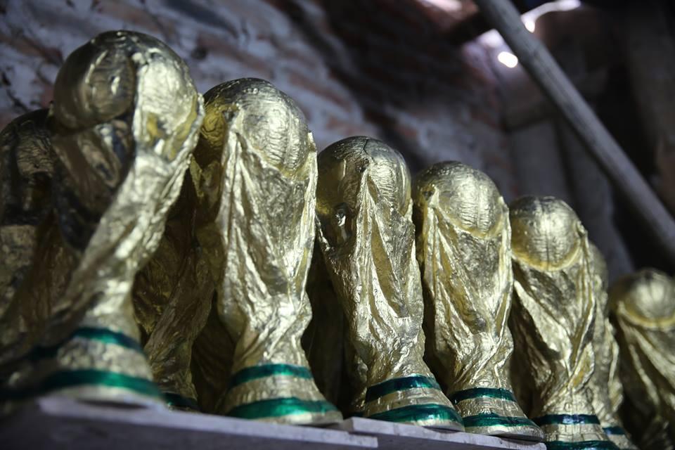 Cặp vợ chồng ở làng gốm Bát Tràng dự tính thu về 240 triệu sau khi tung 3.000 chiếc Cúp vàng siêu rẻ ra thế giới trong mùa World Cup - Ảnh 8.