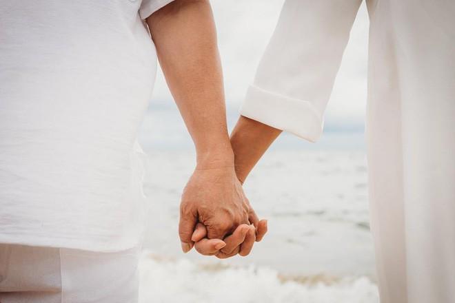 Ảnh cưới vui chất ngất của cặp đôi U50 đã 'sống thật' 35 năm hạnh phúc lại có 2 'phù dâu' siêu đặc biệt 12