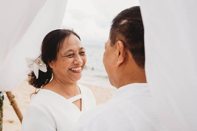Ảnh cưới vui chất ngất của cặp đôi U50 đã 'sống thật' 35 năm hạnh phúc lại có 2 'phù dâu' siêu đặc biệt 5