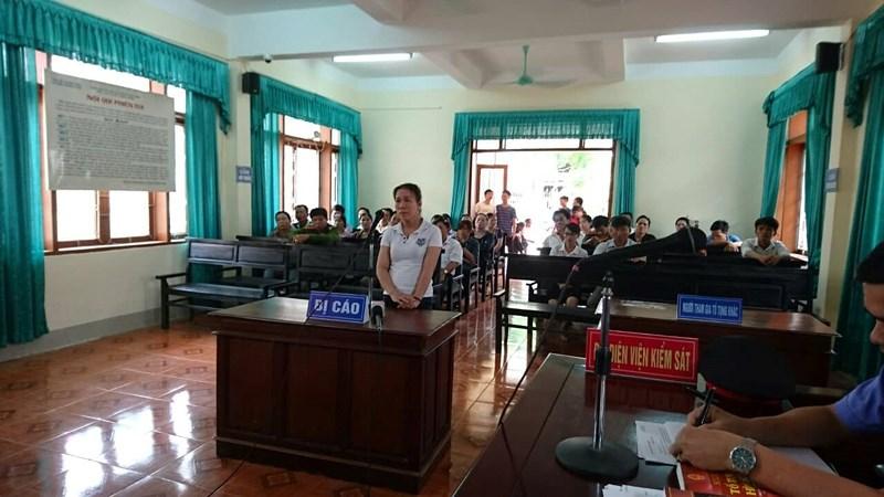 Nữ tiểu thương hắt tiết lợn vào Chủ tịch huyện lĩnh 4 tháng tù giam 1