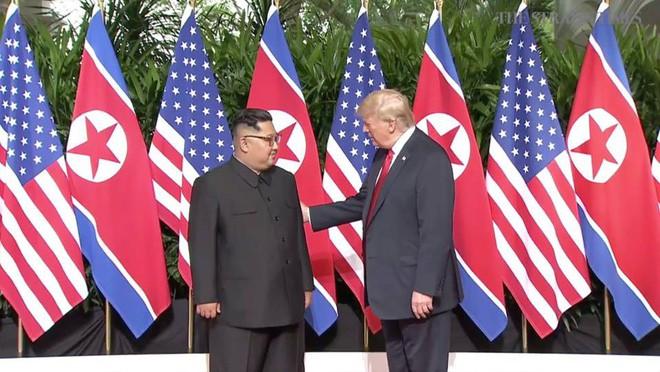 Nhiều lần bắt tay, ông Trump đều là người chủ động mời ông Kim nắm lấy tay mình 3