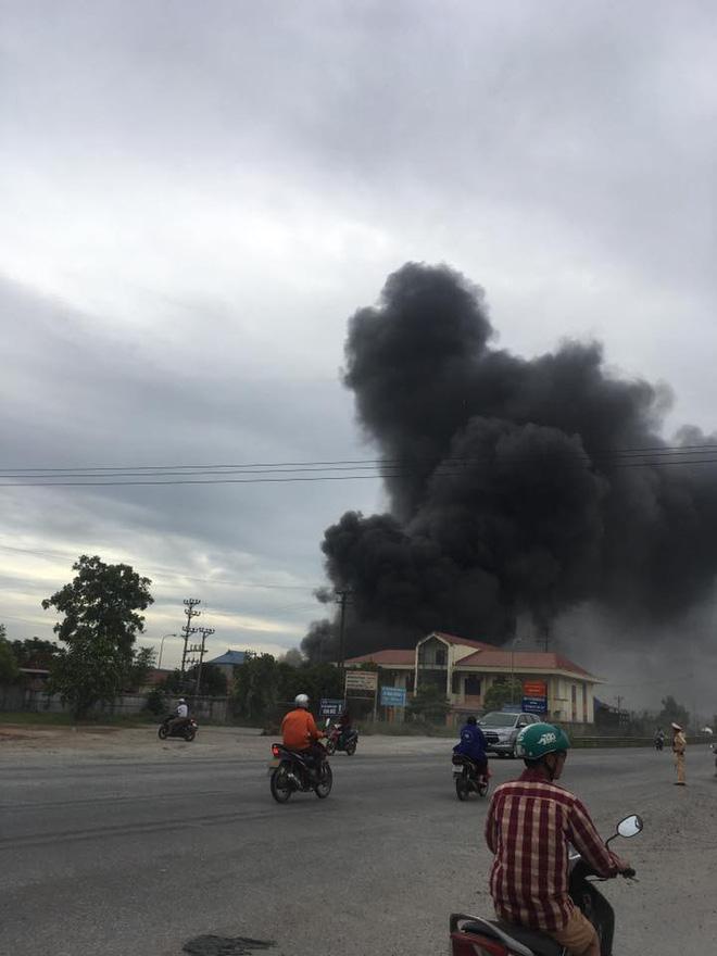 Cháy lớn tại nhà xưởng, cột khói đen bốc cao hàng trăm mét 5