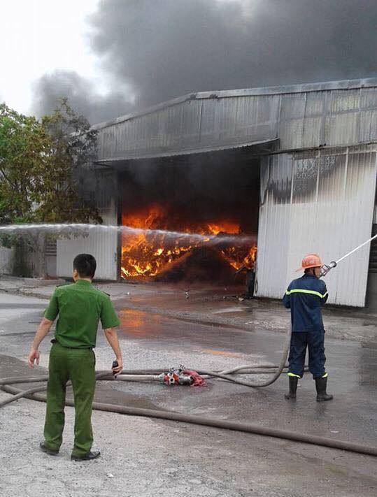 Cháy lớn tại nhà xưởng, cột khói đen bốc cao hàng trăm mét 8
