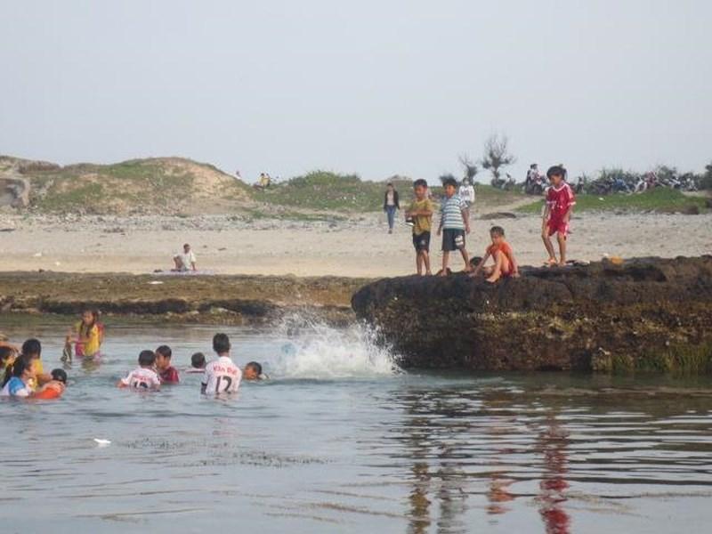 Dạo chơi tắm biển, 1 du khách tử vong ở Hang Câu 1