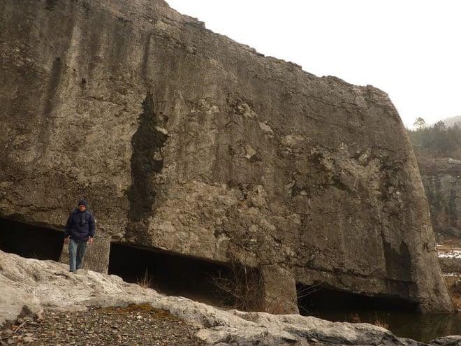 Tấm bia đá bí ẩn ở Trung Quốc: Nặng hơn 31.000 tấn, cao gần bằng tượng Nữ thần Tự Do 2