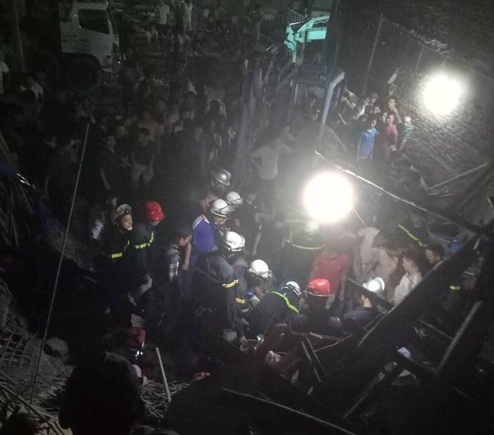 Nhà vừa đổ mái thì sập ngay trong đêm khiến 4 người thương vong 1