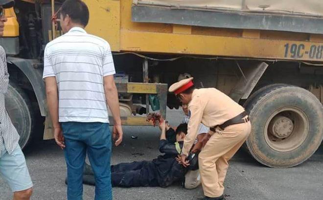 Một chiến sỹ cảnh sát PCCC bị xe tải đâm sau khi dập lửa ở công ty Yakjin 1