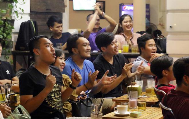 Dân Sài Gòn kéo nhau ra quán cà phê, quán nhậu vừa uống bia vừa xem World Cup 2018 14