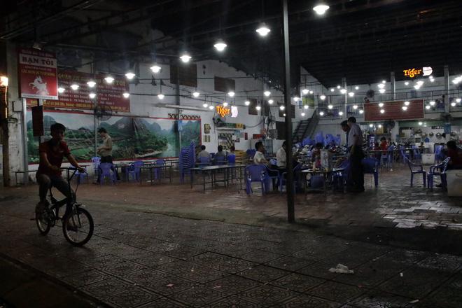 Dân Sài Gòn kéo nhau ra quán cà phê, quán nhậu vừa uống bia vừa xem World Cup 2018 10