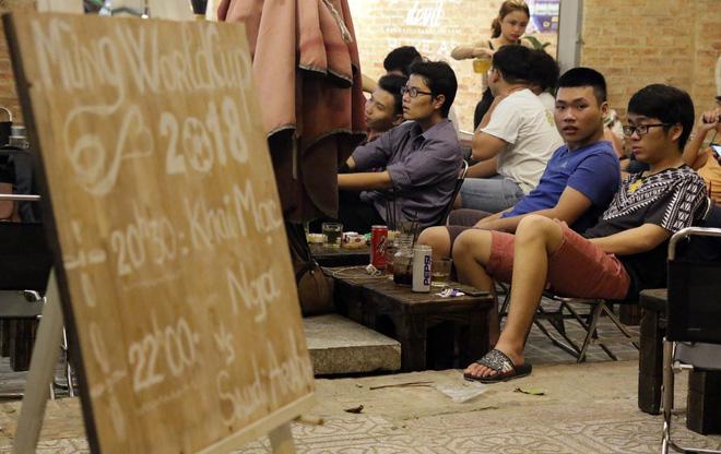 Dân Sài Gòn kéo nhau ra quán cà phê, quán nhậu vừa uống bia vừa xem World Cup 2018 1