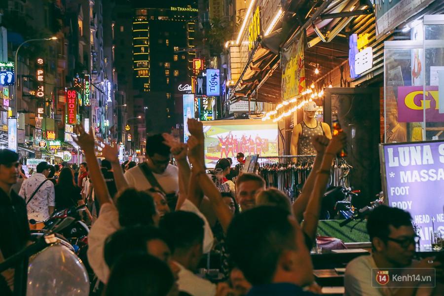 Phố Tây ở Sài Gòn chật kín trong ngày khai mạc World Cup 2018, khách Nga hò hét ăn mừng khi đội nhà thắng đậm 9