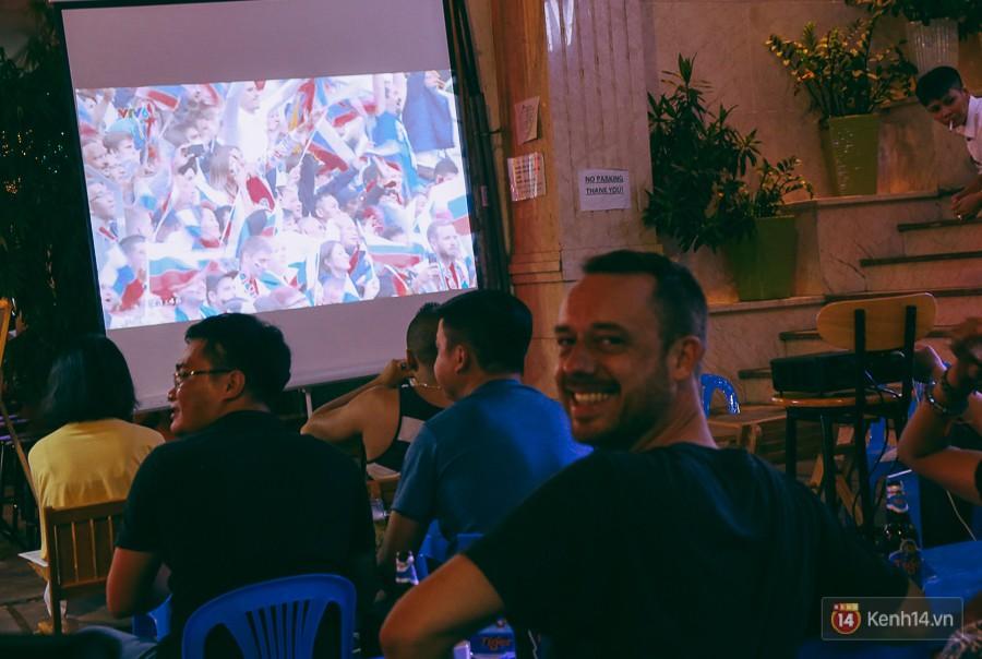 Phố Tây ở Sài Gòn chật kín trong ngày khai mạc World Cup 2018, khách Nga hò hét ăn mừng khi đội nhà thắng đậm 8