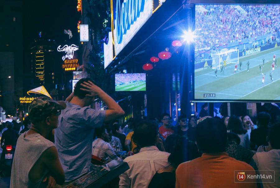 Phố Tây ở Sài Gòn chật kín trong ngày khai mạc World Cup 2018, khách Nga hò hét ăn mừng khi đội nhà thắng đậm 14