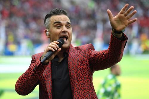 Ca sĩ Robbie Williams có hành động phản cảm, gây phẫn nộ trong lễ khai mạc World Cup 2018 3