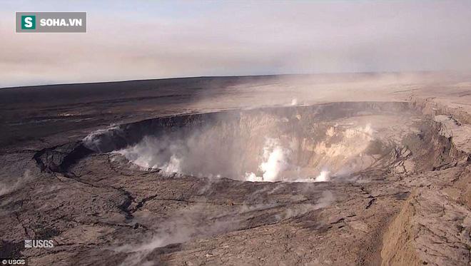 Dùng drone quan sát miệng núi lửa vừa tàn phá Hawaii, chuyên gia phát hiện điều đáng sợ! - Ảnh 1.