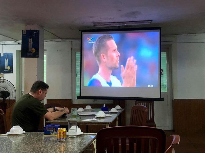 Người đàn ông ngoại quốc trong quán bia hơi Hà Nội và màn cổ vũ Iceland hút nghìn like 1