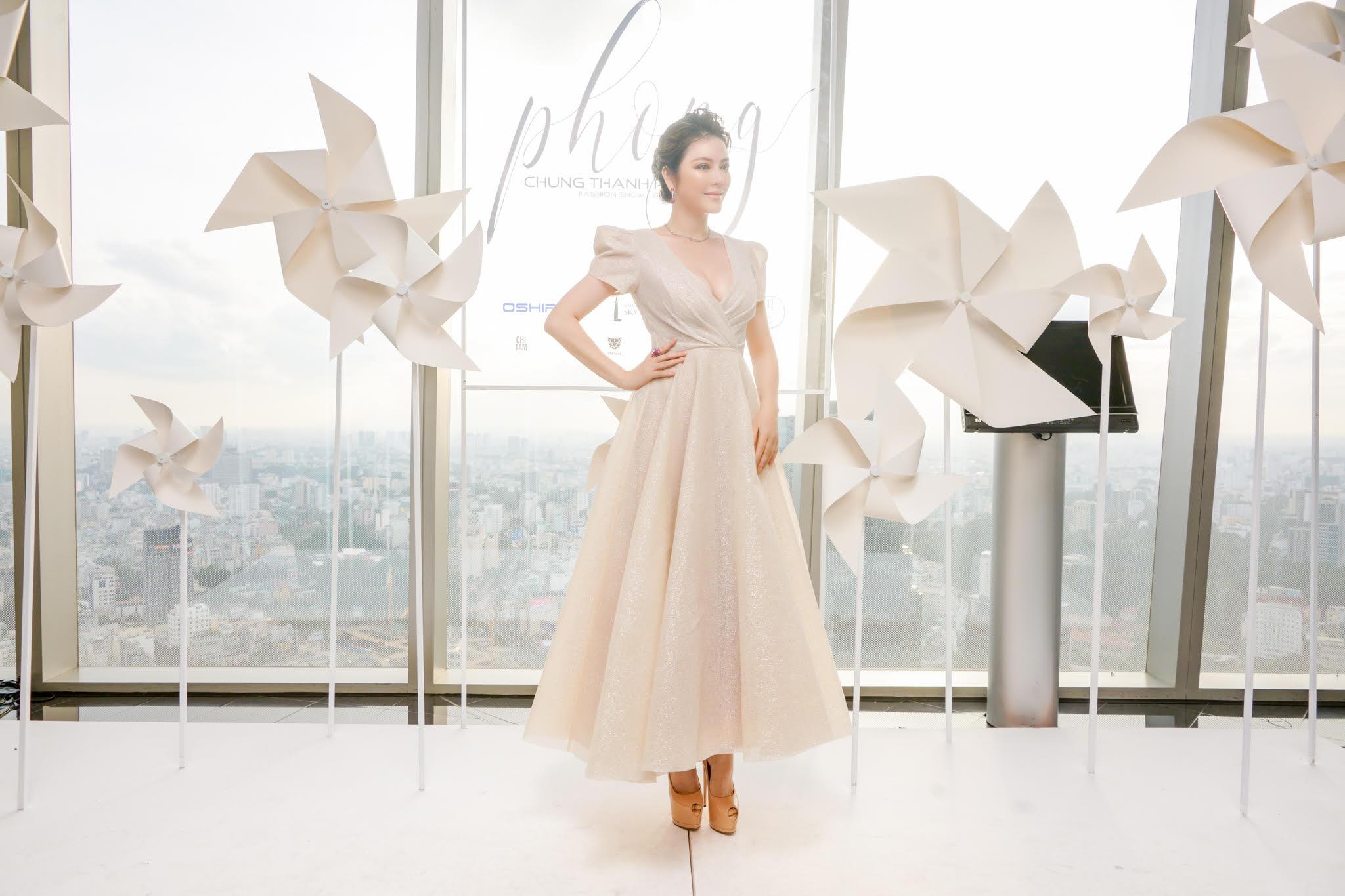 Lý Nhã Kỳ diện váy xẻ ngực quyến rũ dự show thời trang của NTK Chung Thanh Phong 1
