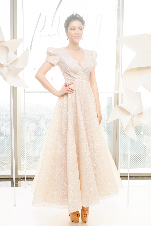 Lý Nhã Kỳ diện váy xẻ ngực quyến rũ dự show thời trang của NTK Chung Thanh Phong 2