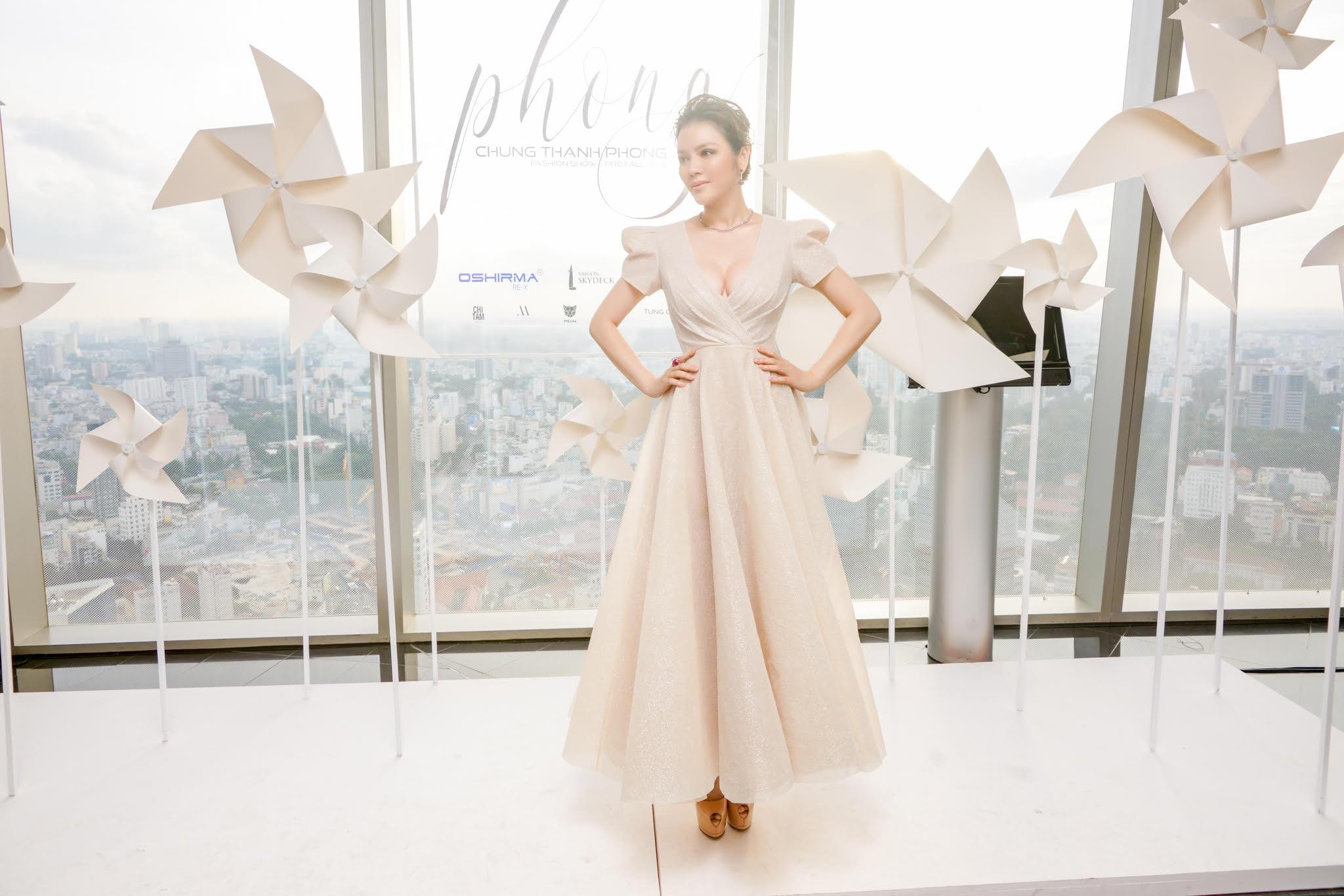 Lý Nhã Kỳ diện váy xẻ ngực quyến rũ dự show thời trang của NTK Chung Thanh Phong 3