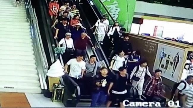 Trung Quốc: Đoàn du khách bị trần nhà đổ ụp lên người khi đang đi thang cuốn, ít nhất 9 người bị thương 1