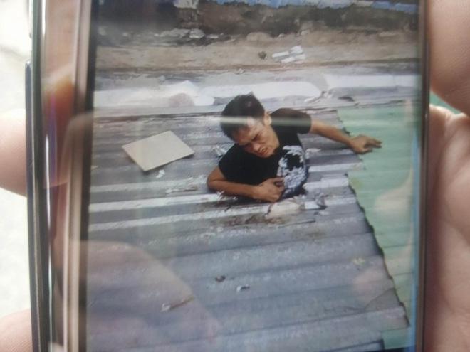Nam thanh niên bị kẹt trên mái nhà sau khi trộm điện thoại, công an tới giải cứu 2